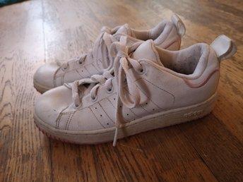 reputable site 4986e 5f910 Snygga vita rosa Adidas skor i storlek 34!
