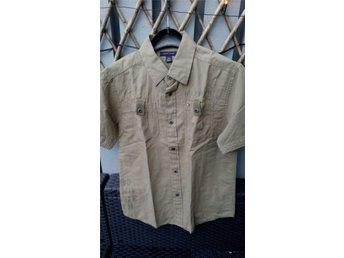 Javascript är inaktiverat. - Upplands Väsby - Kortärmad skjorta Tommy Hilfiger i bomull/linne så superskön kvalitet. Aldrig använd då den inte föll barnet i smaken. Färgen är lite blek på bilden men kameran är skräp så det blir inte bättre... Betalning inom tre dagar ef - Upplands Väsby