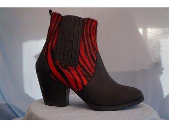 Svarta och rödrandiga Läder Boots, stadig klack 8 cm. Fashion by C. Stl 38. - Norrtälje - Svarta och rödrandiga Läder Boots, stadig klack 8 cm. Fashion by C. Stl 38. - Norrtälje