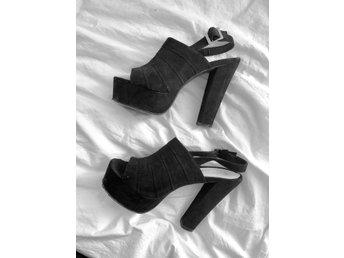 Svarta klackar med platå stl 38 NLY nelly trend skor höga sandaletter mocka fest