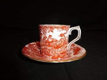 """Javascript är inaktiverat. - Borås - Detta är en kaffekopp med fat från Engelska """"Royal Crown Derby"""" med en dekor av röda fåglar (red aves). Koppen är 6 cm hög och 6 cm i diameter, fatet är 12 cm i diameter. Fint skick. Benporslin. Stämpel i botten. Titta gärna på våra ö - Borås"""