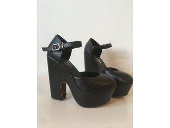 svarta skor med klack, platå och löstagbara rosetter