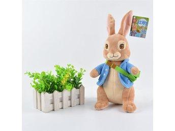 Peter Rabbit (Pelle Kanin) 30 cm - Hultsfred - Peter Rabbit i härligt mjukt plyschmaterialStorlek: 30 cmFyllning: PP bomull-----------------------------------------------------------------------------------------------------------------Vi är ett nystartat svenskt företag som inriktar os - Hultsfred