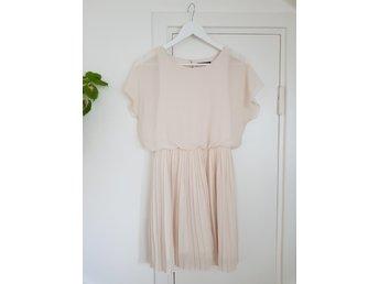 Gräddvit klänning med plisserad kjol från Gina .. (407503270