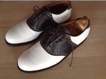 Footjoy Classics US9D(42), brun/vit saddle, kalvskinn randsydda i USA - Båstad - Footjoy Classics US9D(42), brun/vit saddle, kalvskinn randsydda i USA - Båstad