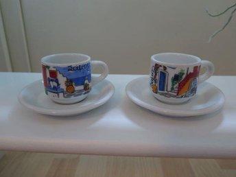 Javascript är inaktiverat. - Bunkeflostrand - 2 små grekisk inspirerade espressomuggar m fat. Helt nytt. Mått på en kopp: H 5 cm och diameter 5,5 cm. Fat diameter 11 cm. De kan ju även användas som dock- och nalle koppar till de större kramdjuren. - Bunkeflostrand