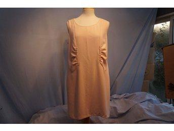 Design klänning i gammelrosa, underkjol, dolt blixtlås bak. Stl L. - Norrtälje - Design klänning i gammelrosa, underkjol, dolt blixtlås bak. Stl L. - Norrtälje