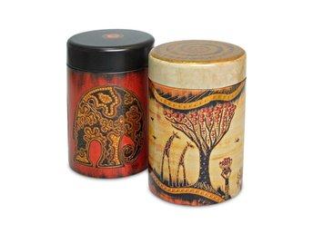 Plåtburkar / teburkar Afrika - Växjö - Riktigt snygga burkar med Afrika inspirerat motiv. Rymmer 125 g te. Höjd 11 cm, diameter 7.5 cm. Betalning sker till bankgiro 5219-3729, Delikatess & Thékompaniet i Växjö - Växjö