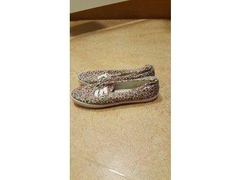 Oanvända blommiga skor från HM. storlek 39. - Norrtälje - Oanvända blommiga skor från HM. storlek 39. - Norrtälje