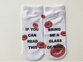 "Roliga strumpor med texten ""If you can read this bring me a glass of wine"""