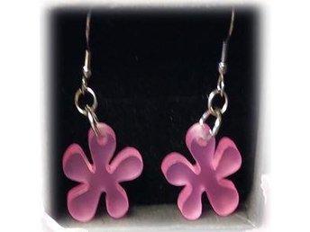 Vackert Örhängen i Rostfritt Stål med rosa blomma i plexiglas - Orsa - Vackert Örhängen i Rostfritt Stål med rosa blomma i plexiglas - Orsa