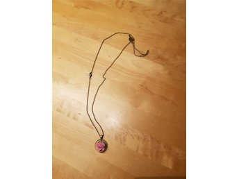 """Javascript är inaktiverat. - örebro - Vackert ovanligt halsband med en liten ros innesluten i en """"glaskupa"""". 2,7 cm i diameter och höjd 1,8 cm. """"Antik"""" färgad metall. Kedjan är 80 cm lång går att förkorta med knäppe. Jättefint och ovanligt smycke. Nytt och oanvänt. Både Sc - örebro"""