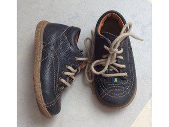 Javascript är inaktiverat. - Ekerö - Lära gå sko från kavatKavat edsbro st 21 i mkt fint skick, innermått ca 13,5 cm enl kavats hemsidaBild 3,4,5 visar skor som säljs i annan annons - Ekerö