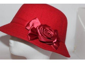 Snygg Dam Hatt med blomma i röd filt 602ea6dcf52a9