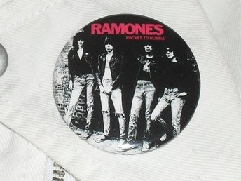RAMONES - STOR Badge / Pin / Knapp (Punk, Rocket To Russia, CBGB, New York,)