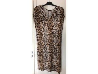 Klänning L trikå leopard Gina Tricot (404960656) ᐈ Köp på