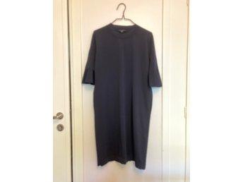Mörkblå klänning med klockärm, COS, stl. S (421021545) ᐈ