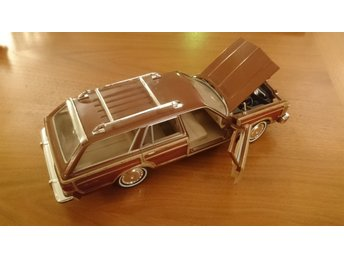 Motormax 1979 Chrysler Lebaron Town & Country 1:24