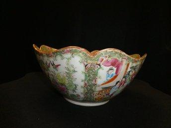 Antik Ostindisk Skål - Borås - Detta är en antik skål, antagligen från Kina.Polykroma emalj färger. Famille rose. Den är 11 cm hög och 27 cm i diameter. Den har en gammal lagning, syns på insidan, se bild. Titta gärna på våra övriga auktioner, vi samfraktar gärna!  - Borås