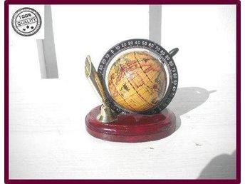 """Javascript är inaktiverat. - Göteborg - Beskrivning: En liten jordglob med gradbeteckningar, snurrbar och på en träplatta. Lätt att peka ut områden och se graderna. Retro & vintage. Storlek: 10x 10 cm Färg: Vinröd platta och vackra färger på jordglob. Det bästa urvalet av """" - Göteborg"""