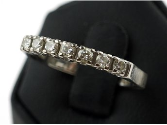 RING, 0,29ct, 18K, 17mm, 3,23g, 7 st briljanter á ca 0,04ct, WS I, alliansring,