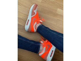 check out 72c22 1d4e0 Vita Nike Air Max SNEAKERS med neon orange detaljer, Strl 39