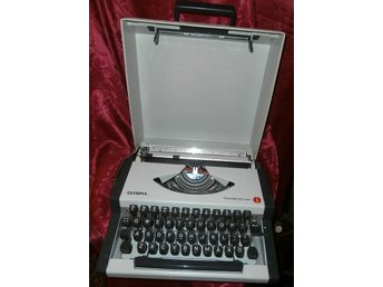 OLYMPIA  TRAVELLER DE LUXE TYPEWRITTER-