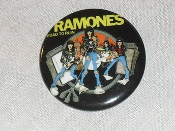 RAMONES - Road To...STOR Badge / Pin / Knapp (Punk, CBGB,)