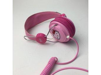 Hello Kitty, Hörlurar, Rosa - Stockholm - Hello Kitty, Hörlurar, Färg: RosaVaran är i normalt begagnat skick. Om hur vi bedömmer skick: Varan säljs i befintligt skick och endast det som syns på bilderna ingår om ej annat anges. Vi värderar samtliga plagg efter 3 olika grader a - Stockholm
