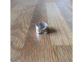 Bred & grov silver 925 ring med originell design / Strl: 17,5mm Vikt: 9,6g - Lindesberg - Bred & grov silver 925 ring med originell design / Strl: 17,5mm Vikt: 9,6g - Lindesberg