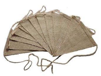 Javascript är inaktiverat. - Ludvigsborg - Flaggspel i jute med sick-sackade kanter. Fint i vardagsrummet eller ute i trädgården, eller var du behagar! Blanda med spetsvimplar, så har du fint bröllopspynt, eller till en sommarfest! 13 flaggor/vimplar i ett flaggspel. En flagga ä - Ludvigsborg