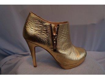 Javascript är inaktiverat. - Norrtälje - Tuffa högklackade Boots i mönstrat Guld, Klack 11 cm, dragkedja i sidan. Design Fashion by C. Storlek 37. - Norrtälje