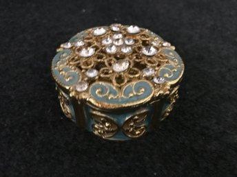 Smyckesask - Sjöbo - Säljer en jätte fin söt smyckesask inköpt i Afrika. Magnetisk fäste vid stängning. Mått ca7 cm dm Höjd 3 cm Guld Ny - Sjöbo