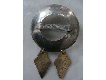 smycke i dräkt