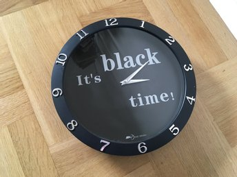 "Svart klocka/väggur ""it's black time!"""