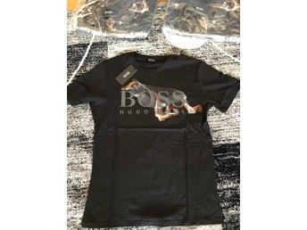 Javascript är inaktiverat. - Borlänge - Hej , säljer en fin helt ny Hugo boss t shirt i storlek Medium.Den är helt ny och inplastad.Möts upp och Fraktas. - Borlänge