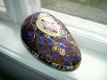 Javascript är inaktiverat. - Arlöv - Så vackert ornamenterat påskägg i fantastiska nyanser i lila och vintageguld i Fabergestil.....så fint.Underbart reliefmönster....Storlek ca 25 cm.Delbart dock trögt att öppna..Helt i plåt och i mycket fint skick. Har flera stycken i olik - Arlöv