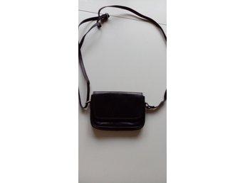 liten svart skinnväska