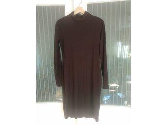 vinröd långärmad klänning