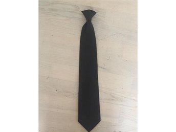 Bred svart slips med clips - Säve - Bred svart slips med clips - Säve