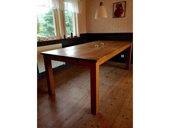 Javascript är inaktiverat. - Stockholm - Matbord för 6-8 sittplatser i ek. Mkt. fint skick. Bredd: 100 cm Längd: 200 cm Sex vackra stolar i nyskick. Stomme i ek och klädsel i chokladbrunt konstläder. - Stockholm