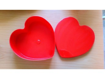 Javascript är inaktiverat. - Västerås - Hjärtformad röd plastask för kakor, bullar eller vad man tycker. Fräsch med nån liten bula som inte ens fastnar på bild. - Västerås
