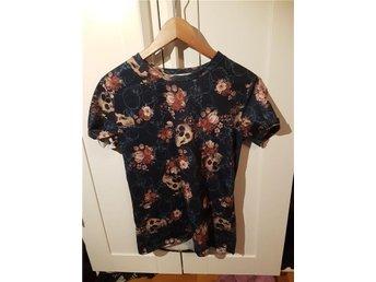 Tshirt med dödskallar och blommor - Falun - Tshirt med dödskallar och blommor - Falun