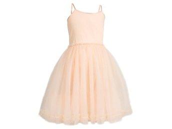 Javascript är inaktiverat. - Limhamn - Maileg Ballerina dress PowderEn vacker princessklänning i rosa med tyll från danska Maileg.Storlekar: från 2-8 år. Färg: RosaMaterial: 100% bomull.Maileg Ballerina dress Powder - Limhamn