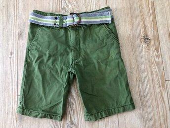 Javascript är inaktiverat. - Förslöv - Militärgröna shorts i slitstarkt tygdenim med reglerbar midja, samt uppvikningsbara ben.Avtagbart skärp i midjanFrån H&MStorlek 116Nyskick! Använda 1-2 ggr.Ej namnade! (Se bilder)Vikt 240 g (med emballage)Frakt via PostNord: 36 krFRI FRAK - Förslöv