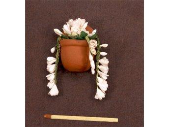 Väggampel med vit nedhängande blomma. Miniatyr Skala 1:12 - Vallentuna - Väggampel med vit nedhängande blomma. Miniatyr Skala 1:12 - Vallentuna