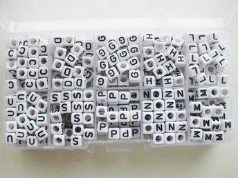 Box med fyrkantiga bokstavspärlor L/G/H/S/C/D/M/N/P/U - Ellös - Box med fyrkantiga bokstavspärlor L/G/H/S/C/D/M/N/P/U - Ellös