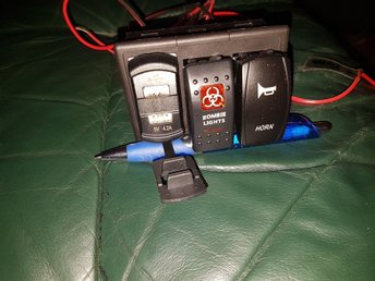 Javascript är inaktiverat. - Svenljunga - 2 strömbrytare *Tuta/horn. *Zombie light. 1 Voltmätare med två USB-portar. (9V batteri använt på bilden) 1 Laser tail, monteras bak på bilen. DÖDSKALLE.(9V batteri använt på bilden) 1 panel för 2-3 strömbrytare.(3 delar) Infästnin - Svenljunga