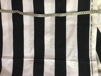 """Marimekko tyg 150X118 nytt """"Korsi"""" - Bromma - Säljer nytt tyg som blev över från Marimekko. 150x118 cm """"Korsi"""" svart/vit randigt. Pris nytt/meter 400kr - Bromma"""