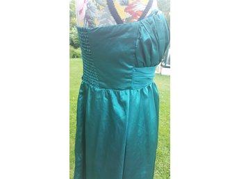 Festklänning i enkel modell. Blank grön. Stl 38 - Karlskrona - Festklänning i enkel modell. Blank grön. Stl 38 - Karlskrona